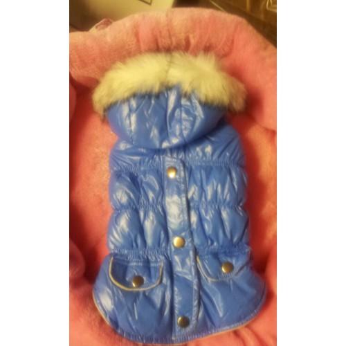 Winterjas met capuchon voorzien van imitatie bontkraag.